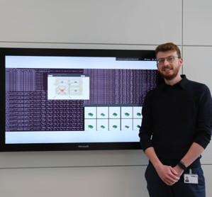 TGW Insights: Florian Kagerer entwickelt seinen Algorithmus im Cognitive Systems Team weiter.