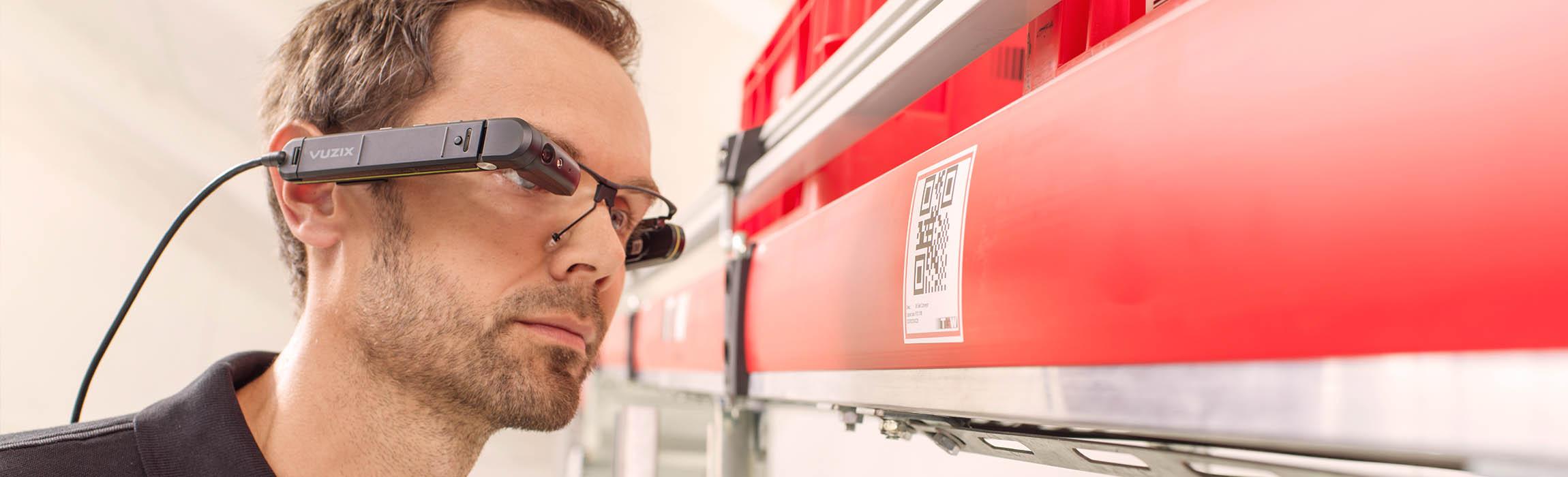 Durch den Einsatz von Smart Glasses sind die TGW-Techniker in der Kundenanlage unschlagbar.