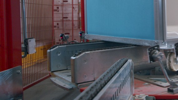 Roll container conveyor technology: Roll containers on a turntable.