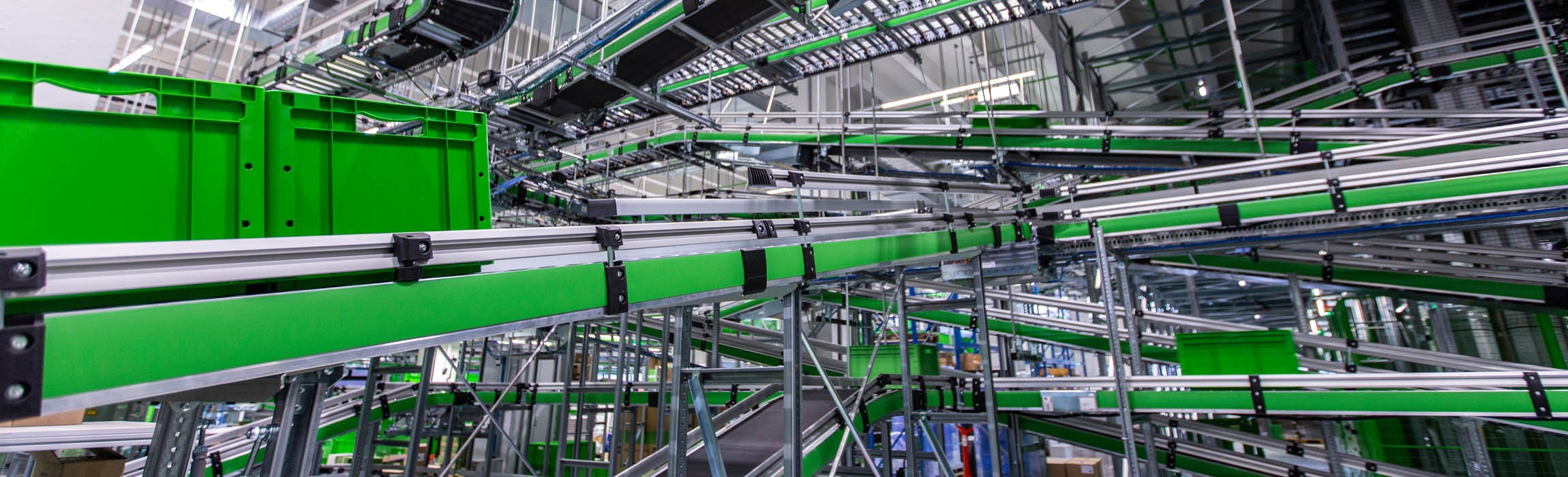 Powerful combination of an automatic mini-load warehouse and a shuttle system.
