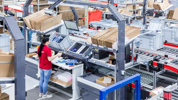 An ergonomic goods-to-person workstation makes efficient picking possible.