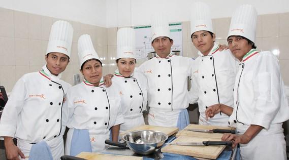 Sueninos ist ein Bildungsprogramm, bei dem sie ihren Schulabschluss nachholen und eine Berufsausbildung in den Bereichen Tischlerei, Service oder Kochen absolvieren können.