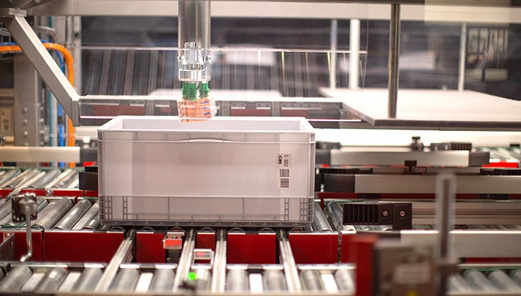 PickCenter Rovolution - Fully automatic split case picking by robot.