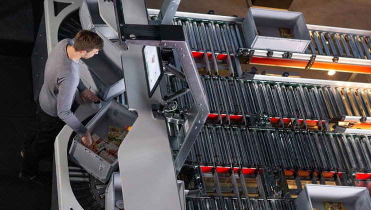 PickCenter One is the ideal picking workstation for micro or central fulfillment centres.