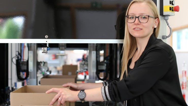 TGW Insights: Franziska stellt Karton in Kartonhöhenreduzierer